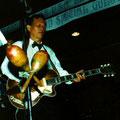 Daan Schouten met de Höfner gitaar van Electric Johnny. Foto gemaakt tijdens een reünie concert in Amerika (fotocollectie: Daan Schouten)