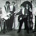 THE JOKERS tijdens een talentenjacht 1959 vlnr: Hans Ramakers van Praag - Tony Lentze - Ceremoniemeester (?) - Richie Toorop - Max Willems - Bob Lammers (fotocollectie: Bob Lammers)