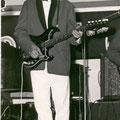 Arnold van der Kloor in 1963 met Burns gitaar.
