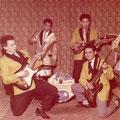 THE DYNAMICS (1962) Links: Rudy 'blacky' Swart met Fender Stratocaster Midden: André Swensen (lichtkleurig jasje) en Ron Mayer Rechts: Henk Jansen met Fender basgitaar