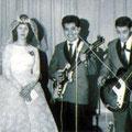 The Hot Rollers poseren samen met de bruid tijdens een optreden.