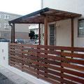 漆喰壁と木柵の組み合わせ。サイクルポートも木製