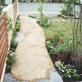 四季の花が植えられた小道