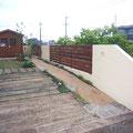枕木駐車場とウッドフェンス