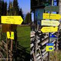 """Wildwiese, Blick zur Kapelle; rechte Bild hätte 2 """"grüne Sticker"""" benötigt und die Hinweisschilder wären am letzten Stand. Linke Bild neue Tafeln!"""