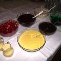 Nachtisch: Götterspeise Waldmeister, Pudding, Vanillesauce, Waldfrüchte