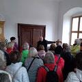 Herr Josef Popp, Orts - Heimatpfleger Schmidmühlen, erläutert die Geschichte des Hammerherrenschlosses