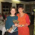 Dank an Schriftführerin Irmgard Stadler (links) von Evelin Hensel (rechts)
