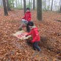 Laub sammeln für das Laubsofa
