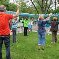 Yoga-Einheit mit Martha Renner, in grüner Jacke