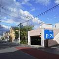 ④AOKI駐車場前の十字路を斜め右に入ります。