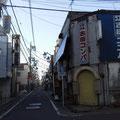 ③江古田コンパとパチスロ店のある通り(旭丘文化通り)を入って行きます。