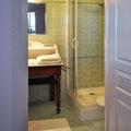 Les Lipias - das Bad mit Waschtisch und Dusche