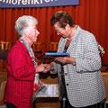 Rosa Ostheimer (links) erhielt für 40 Jahre Mitarbeit im Seniorenkreis ein Präsent von der Dekanatsvorsitzenden Maria Klinkenberg und wurde verabschiedet.