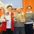 Die Pfarrgemeinderatsvorsitzende Lucia Heeg (rechts) dankte den Eheleuten Roswitha und Reinhold Brunn und überreichte für 15 Jahre Leitung des Seniorenkreises Präsente der Pfarrei.