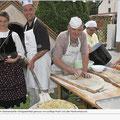 am Backofen, hier werden die Zwiebelkuchen gebacken und noch warm von den Trachtenmädls und Frauen verkauft