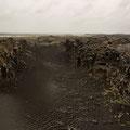 """Grabenbruch bei der """"Brücke der zwei Kontinente"""" an der SW-Küste"""