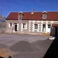Réalisation de la cour et des joints de brique sur les murs extérieurs