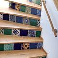 Holztreppe mit mexikanischen Fliesen 15x15 von Mexambiente