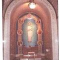 Hrvatski grb, s početnim crvenim poljem na mozaiku u kapeli Majke Božije Bistričke (Capel of Our Lady of Bistrica, Queen of Croatia) u Washingtonskoj katoličkoj katedrali, odnosno Nacionalnom svetištu Bezgrešnog Začeća (The National Shrine of the Immacula