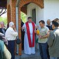 velečasni Pavo daje upute prije početka svete mise
