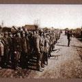Branitelji-dragovoljci. Baja Petar predaje raport Rudiki Šnjuru, krajem 1943., u Balegovcu na glavnoj cesti ispred kuće Marka Pavlovića.