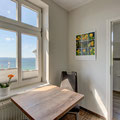 separate, hochwertige und gut ausgestattete Küche mit Meerblick