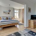 hochwertig eingerichtetes Wohn-Schlafzimmer mit Meerblick