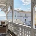 Zweiter Balkon zur Landseite mit seitlichem Meerblick. Ideal zum sonnigen Kaffeetrinken am Nachmittag. Zugang über den Hausflur.