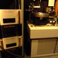 向かって右側がマスターレコードを作成するカッティングマシン(Lathe/レイズ)、左側がカッティングマシンへ音楽信号を送り、カッティングマシンの溝を刻むヘッドを駆動させる「EAR 549」200W(モノ)パワーアンプ。