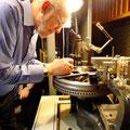 フランク・シナトラのマスター盤のラッカーへイニシャルを刻むパラヴィチーニ。