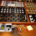 コンソール左下に収まる最高級プロ用イコライザー「EAR 825Q」。