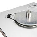 安定回転の維持と不要振動を排除するためにサブプラッター採用。