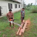 Für die Kreissäge ist das Holz zu hart. Hier soll der neue Raum entstehen