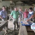 Visite der Schreinerei DOETYRO: Sr. Bosco freut sich über die Mitbringsel Beitel und Messer für die Drechselmaschine