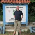 Erich Misterek auf dem Äquator ein Bein im Norden ein Bein im Süden
