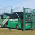 Mannschaftsbus im Käfig