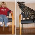 Wir sitzen AUF dem Stuhl
