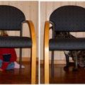 Wir sitzen HINTER dem Stuhl