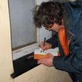 Giovanni Bruzzo disegna scomodamente un Tex Willer su un mattone