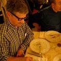 Paolo Bacileri con occhiali  e forchetta da disegno