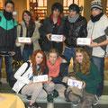 Foto di gruppo con alcuni dei ragazzi e delle ragazze che per un'ora hanno invaso Sala Borsa in un vero happening creativo spontaneo. Meravigliosi!