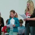 """Die TeilnehmerINNen des Schreibworkshops """"Unsere Zukunft"""" (Kulturrucksack 2014; Leitung Olivia Wenzel) präsentieren ihr Stück """"Freund oder Feind"""" © Sabine Könen"""
