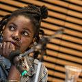 """Okwiri Oduor las im Haus der Bildung aus """"Heimwärts"""" (In: """"Imagine Africa 2060""""). (c) Meike Böschemeyer"""