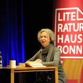 """Ulla Hahn stellte im vollen Saal des LVR-LandesMuseums ihren Roman """"Wir werden erwartet"""" vor. Foto: Lilian Szokody"""
