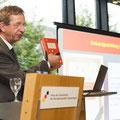 """Prof. Dr. Helmuth Kiesel präsentiert die historisch-kritische Ausgabe von Ernst Jünger """"In Stahlgewittern"""" © Stiftung Haus der Geschichte der Bundesrepublik Deutschland"""