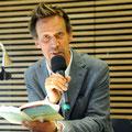 """Volker Weidermann las aus """"Ostende"""" und sprach mit den Antiquaren Esther Winkelmann und Jürgen Repschläger über sein Werk sowie die Ausstellung """"Das geflüchtete Wort"""", in dessen Rahmenprogramm die Lesung stattfand. Foto: Lilian Szokody"""