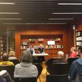 Eduard Schreiber stellte Jiří Gruša in der Stadtbibliothek Bonn vor, während Dennis Laubenthal die deutschen Texte las. (c) Literaturhaus Bonn