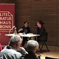 """Stefanie de Velasco mit Moderatorin Judith Merchant im Gespräch über """"Kein Teil der Welt"""". Haus der Bildung, (c) Literaturhaus Bonn"""