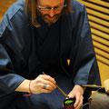 """Christoph Peters, Thomas Kling-Poetikdozent 2017/18, las aus seinem Werk """"Diese wunderbare Bitterkeit"""" und führte im Anschluss eine japanische Teezeremonie vor.  Foto:  Lilian Szokody"""